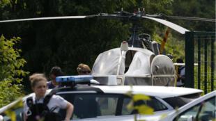 Des policiers devant l'hélicoptère dans lequel Redoine Faïd s'est évadé, le 1erjuillet dernier.