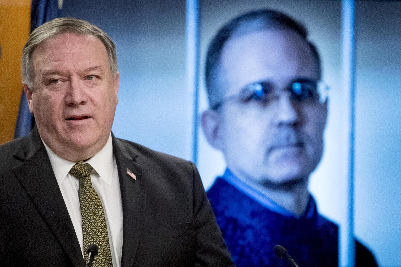 El secretario de Estado, Mike Pompeo, delante de una imagen del exmarine estadounidense Paul Whelan mientras insta a su liberación durante una conferencia de prensa el 10 de junio de 2020.