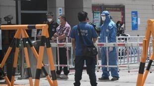 Le dépistage a été mis en place devant un quartier résidentiel de Pékin, le 15 juin.
