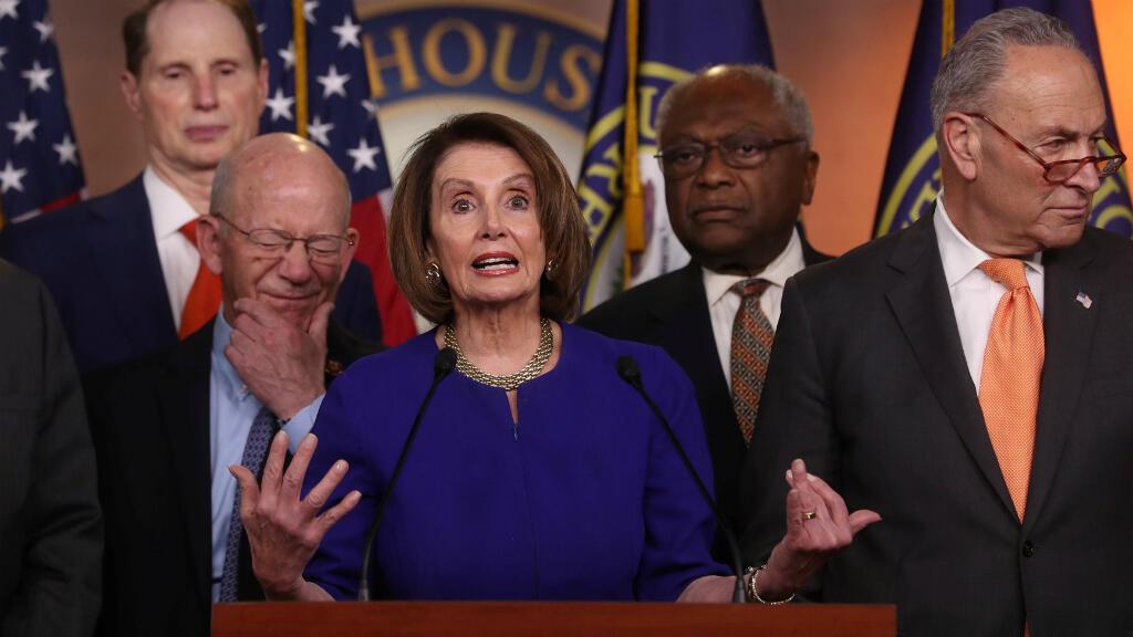 La presidenta de la Cámara de Representantes, Nancy Pelosi habla a los medios de comunicación junto con otros legisladores demócratas, queviajaron a la Casa Blanca por una reunión fallida con el presidente Trump, en Washington, EE. UU., el 22 de mayo de 2019.