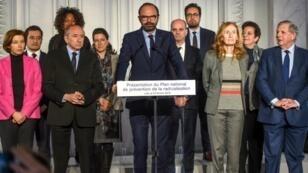 Édouard Philippe y varios miembros de su gobierno durante la comparecencia en Lille el viernes 23 de febrero de 2018.
