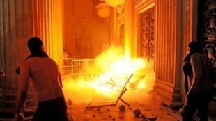 À Rio, des manifestants tentent d'occuper le Parlement.