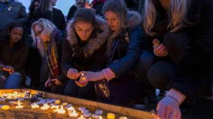 Des centaines de personnes ont rendu hommage jeudi soir aux victimes de l'attaque survenue mercredi près du Parlement britannique.