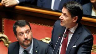 El primer ministro Giuseppe Conte habla ante el Senado de Italia, a su derecha el ministro de Interior Matteo Salvini, en Roma, Italia, el 20 de agosto de 2019.