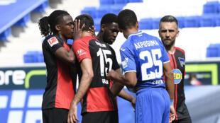Le défenseur belge du Hertha Berlin, Dedryck Boyata (g),  embrasse sur la joue son coéquipier Marko Grujic après le premier but de leur équipe face à Hoffenheim lors du match de Bundesliga à Sinsheim, le 16 mai 2020