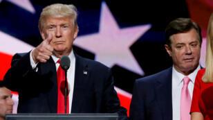 El candidato presidencial republicano Donald Trump muestra un pulgar hacia arriba mientras su manager de campaña Paul Manafort observa durante la caminata de Trump en la Convención Nacional Republicana en Cleveland, EE. UU., El 21 de julio de 2016.