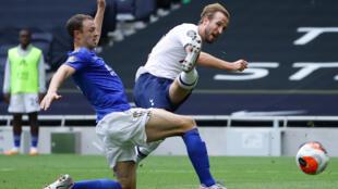 L'attaquant de Tottenham Harry Kane (d) marque le 2e but de son équipe contre Leicester, le 19 juillet 2020 à Londres