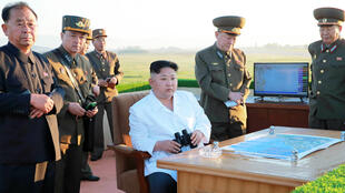 Le dirigeant nord-coréen Kim Jong-un inspecte le test d'un nouveau système de lutte antiaérienne, annoncé le 28 mai.