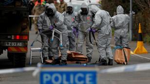 Des agents de l'armée britannique enquêtent, le 14 mars 2018, sur l'empoisonnement de Sergueï Skripal.