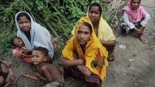 صورة بتاريخ 15 تموز/يوليو 2017 لأيامار باغون (الوسط) التي تؤكد تعرضها لاغتصاب جنود بورميين في اواخر العام الماضي، في حقل قرب بلدتها كيار غاونغ تاونغ