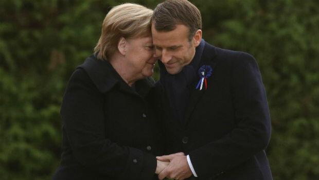 La canciller alemana, Angela Merkel, junto al mandatario francés, Emmanuel Macron, durante el acto de conmemoración del armisticio que puso fin a la Primera Guerra Mundial. Francia, 10 de noviembre de 2018.