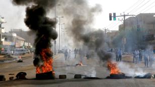 Neumáticos quemados en la barricada organizada en Jartum, Sudán. 3 de junio de 2019.