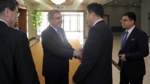Le président du CIO Thomas Bach en compagnie de Kim Il-guk, ministre nord-coréen de la Culture physique et des Sports et patron du comité olympique national.