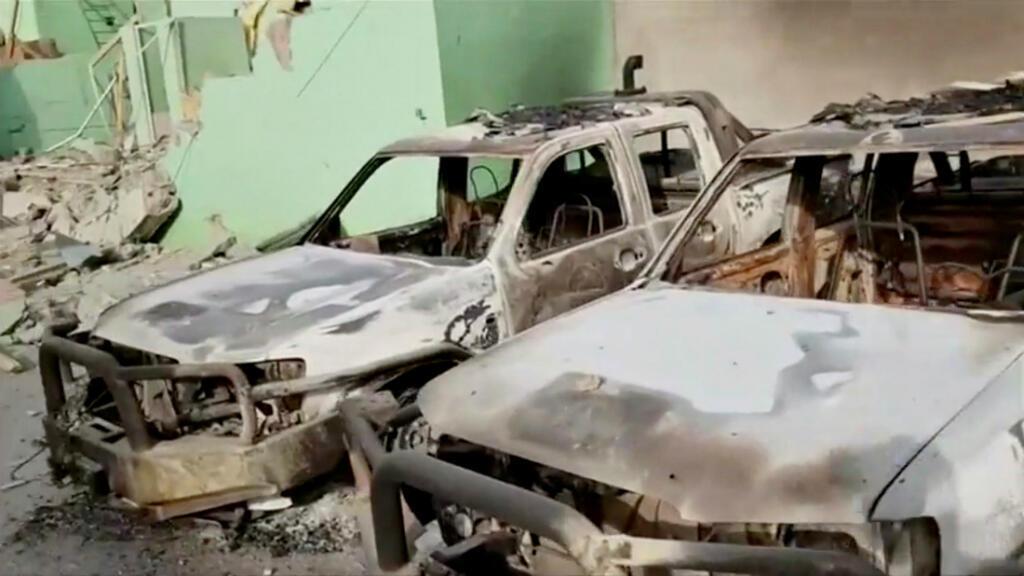 Dos vehículos de seguridad destruidos en Ghazni, Afganistán, el 13 de agosto de 2018.