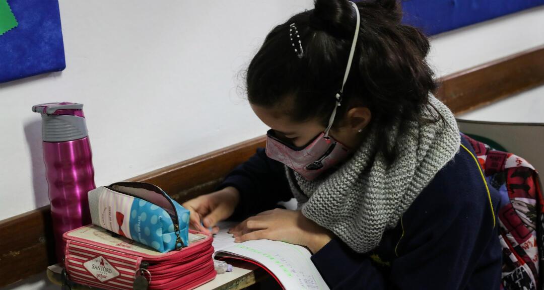 Fotografía fechada el 2 de julio de 2020 que muestra una estudiante del Colegio Español Cervantes en Uruguay durante el retorno de las clases presenciales en Montevideo, Uruguay.