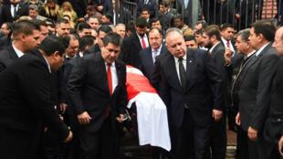 El presidente de Paraguay, Horacio Cartes, porta el ataúd del ministro Luis Gneting, fallecido en un accidente aéreo el 25 de julio. 27 de julio de 2018.