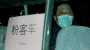 مواطن أسترالي أثناء ترحيله من مدينة ووهان الصينية، 6 شباط/فبراير 2020.