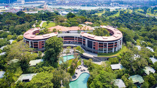 """Una foto del folleto sin fecha del Hotel Capella en la isla de Sentosa, Singapur. Sentosa en malasio significa """"paz y tranquilidad""""."""