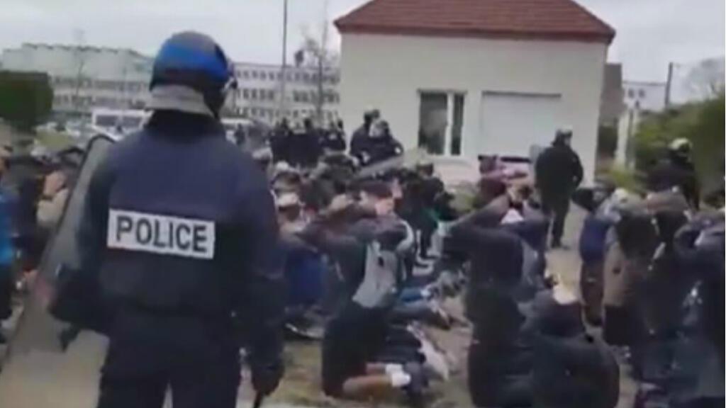 Captura de pantalla de un video aficionado que registra el momento de la detención de 151 estudiantes en la ciudad de Mantes la Jolie, Francia el 6 de diciembre de 2018.