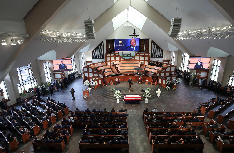 El expresidente Barack Obama, da un discurso, durante un servicio fúnebre del congresista y defensor de los derechos civiles, John Lewis, a las afueras de la iglesia Bautista Ebenezer, en Atlanta, Estados Unidos, el 30 de julio de 2020.