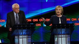Bernie Sanders et Hillary Clinton, mardi 13 octobre 2015, lors du premier débat de la primaire démocrate à Las Vegas.