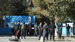 الشرطة الأفغانية تحرس في الثاني من تشرين الثاني/نوفمبر 2020 مدخل جامعة كابول التي تعرضت لهجوم