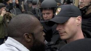 Un manifestant face à un policier, lors d'une manifestation le 25 avril à Baltimore (Maryland).