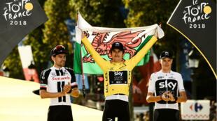 Le Gallois Geraint Thomas sur le podium après sa victoire au Tour de France à Paris, le 29 juillet 2018, avec le Néérlandais Tom Dumoulin (2e) et le Britannique Chris Froome (3e).