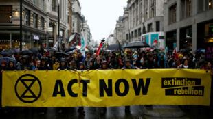 Activistas del cambio climático asisten a una manifestación de rebelión de extinción en Londres, Reino Unido, el 12 de octubre de 2019.