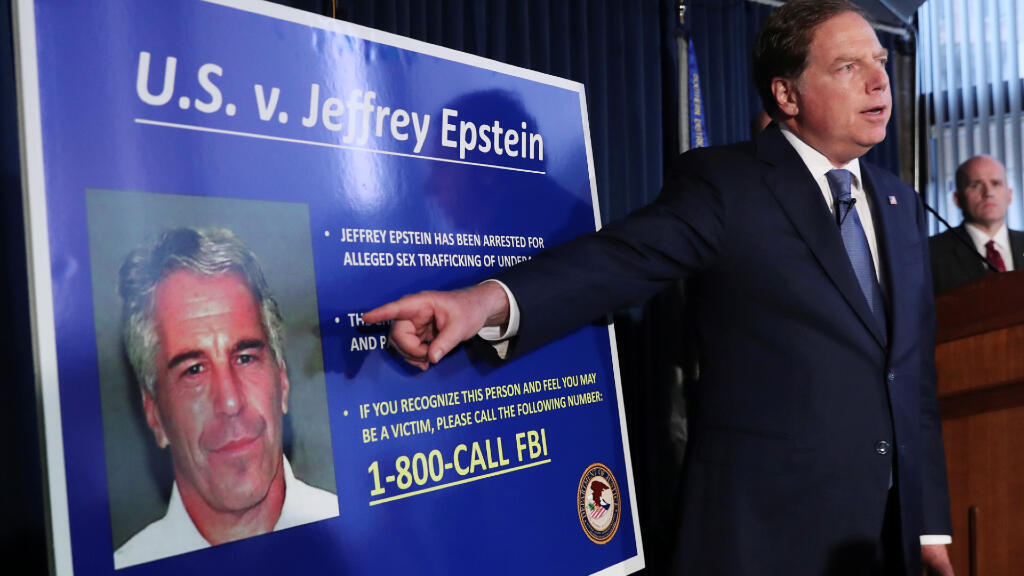 Geoffrey Berman, procurador del distrito sur de Nueva York, señala una fotografía de Jeffrey Epstein al anunciar cargos contra el magnate por tráfico sexual de menores. Nueva York, EE. UU., el 8 de julio de 2019.