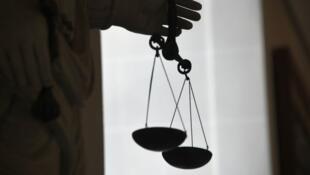 La déesse de la Justice tenant la balance de Thémis, symbole de l'équité.
