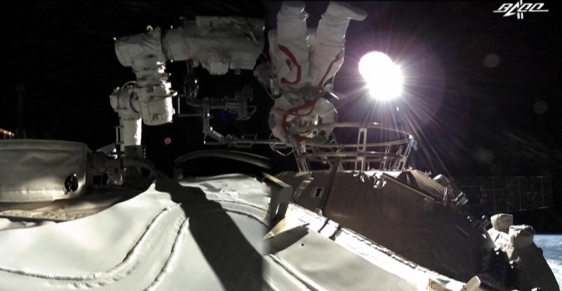Esta captura de pantalla realizada a partir de un vídeo publicado por la cadena estatal china CCTV muestra al astronauta chino Liu Boming saliendo de la nueva estación espacial china Tiangong en órbita, alrededor de la Tierra, el 4 de julio de 2021.