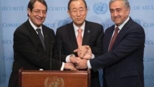 الأمين العام للأمم المتحدة بان كي مون والرئيس القبرصي أناستاسيادس(يسار) والزعيم القبرصي التركي أكنجي نيويورك 25/09/2016