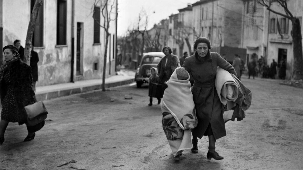 Una foto fechada en febrero de 1939 de una mujer y su hijo que llegaron a pie al paso de Perthus en Francia después de huir de España.