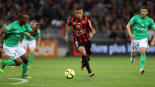 L'attaquant français Hatem Ben Arfa, le 7 mai 2016 à Nice, lors de la rencontre de Ligue 1 opposant l'OGC Nice à l'AS Saint-Étienne.