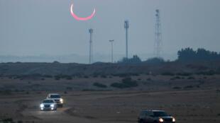 كسوف شمسي في الساعات الأولى من صباح الخميس على جبل أربع (الهضبة الأربع) في الهفوف، في المنطقة الشرقية، بالمملكة العربية السعودية، 26 ديسمبر/كانون الأول 2019.