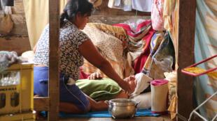 سيدة تعتني بمريض في إيكويتوس في البيرو في الأول من حزيران/يونيو 2020