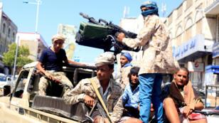 Foto de archivo de soldados del gobierno que viajan en la parte trasera de un camión patrullero en una calle donde la gente se manifestó contra el deterioro de la economía de Yemen y la devaluación de la moneda local en Taiz, Yemen, el 6 de octubre de 2018.