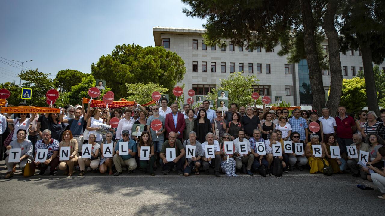 De nombreux soutiens de Tuna Altinel sont venus manifester devant la prison de Balikesir où était incarcéré le mathématicien, le 30 juillet 2019.