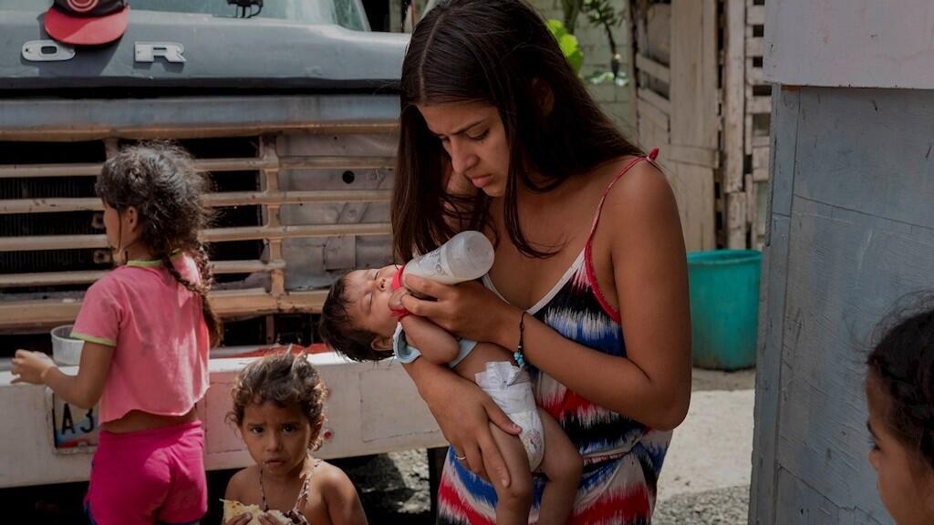 El sustento alimentario de miles de familias dependen de las remesas que llegan desde el extranjero, sin ellas, el hambre ataca a muchos, entre ellos decenas de miles de menores de edad. Imagen de Caracas, Venezuela, el 11 de julio de 2020.