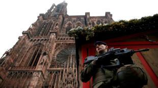 Un soldado francés vigila frente a una barricada cerrada en el mercado navideño de Estrasburgo, el 12 de diciembre de 2018.