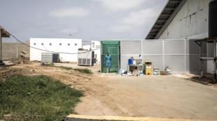 Un higienista sal de un área de descontaminación en un centro de tratamiento del coronavirus en Dakar el 26 de junio de 2020