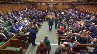 """Los legisladores reanudan las sesiones en el Parlamento británico tras el fallo de la Corte Suprema que declaró """"nula"""" su suspensión, en Londres, el 25 de septiembre de 2019."""