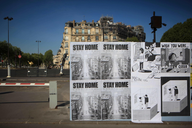 """Installation du poster """"Stay Home"""" et des illustrations de Jeremyville à Paris le 19 avril 2020."""