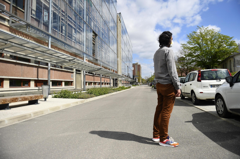 En las universidades la mascarilla será obligatoria para el regreso a clases este otoño. Foto de un estudiante usando tapabocas frente a la universidad de Bordeaux el 1 de abril  de 2020.