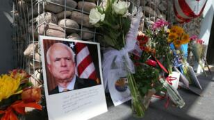 ورود وشموع ورسائل لتكريم السيناتور الجمهوري الراحل جون ماكين في فينيكس بولاية أريزونا في 26 آب/أغسطس 2018