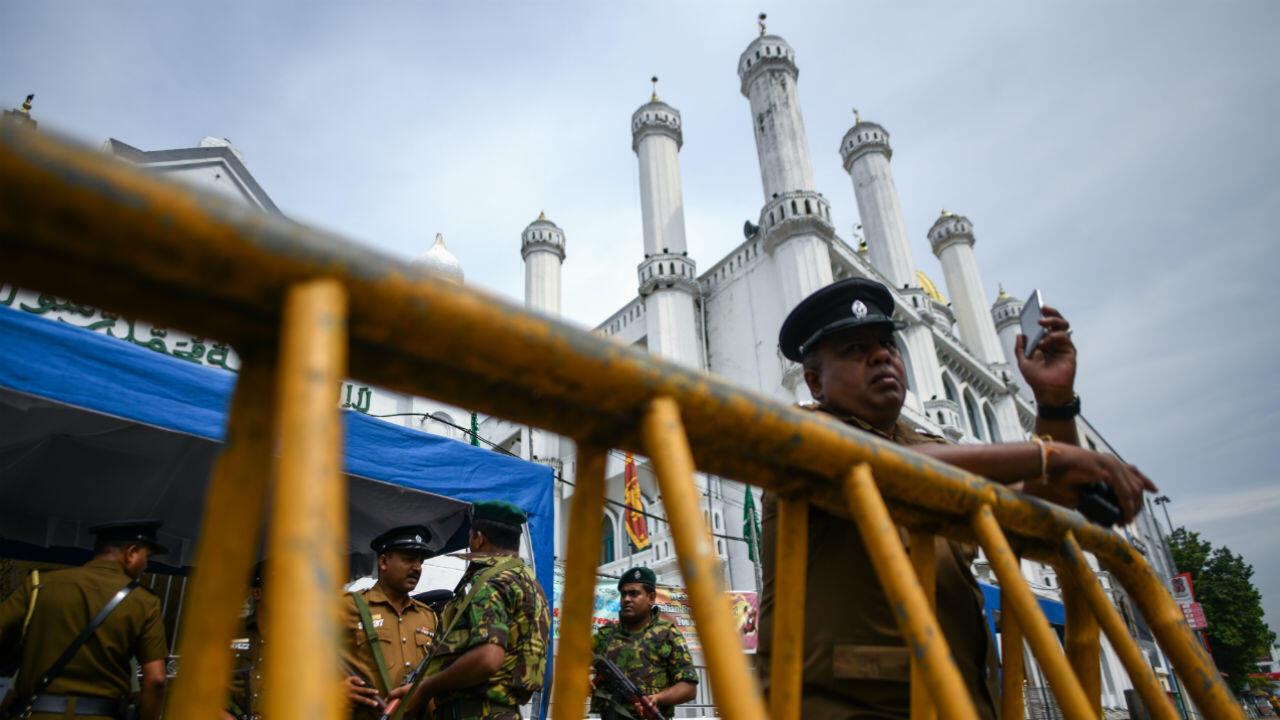 Des soldats et policiers montent la garde devant une mosquée de Colombo, vendredi 26avril2019.