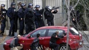 الشرطة الفرنسية تحاصر مكتب بريد في بلدة كولومب حيث احتجز مسلح عدة رهائن