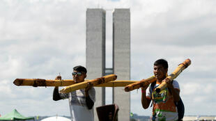 Indígenas de todo Brasil comenzaron a llegar este miércoles 24 de abril de 2019 a Brasilia para participar en la 15ª edición del Campamento Tierra Libre y protestar contra las políticas del presidente brasileño, Jair Bolsonaro.