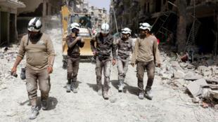 Des Casques blancs lors d'une intervention à Alep, le 3 juin 2016.